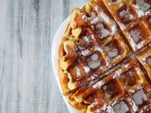 Бельгийские waffles в белой плите на светлом деревянном столе десерт домодельный Стоковое Изображение
