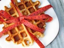 Бельгийские waffles на белой плите обернутой с измеряя лентой Стоковые Фотографии RF