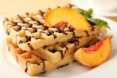 Бельгийский waffle с абрикосом Стоковые Изображения