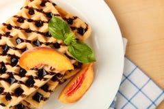 Бельгийский waffle с абрикосом Стоковые Фото