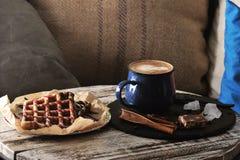 2 бельгийских waffles с вареньем поленики и шоколадом и cappucc Стоковая Фотография RF