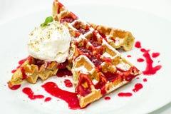 Бельгия waffles с соусом плодоовощ, мороженым с мякишем гайки и m Стоковое фото RF