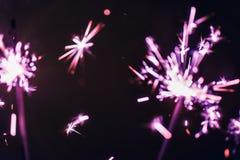 Бенгальский огонь Бенгалии сирени освещает на черной предпосылке в честь торжеств Нового Года и дня рождения рождества Стоковое Изображение