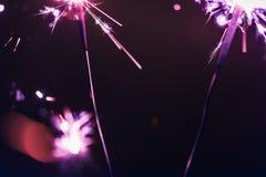 Бенгальский огонь Бенгалии сирени освещает на черной предпосылке в честь торжеств Нового Года и дня рождения рождества Стоковые Фото