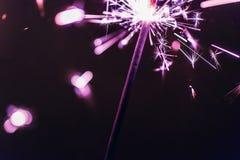 Бенгальский огонь Бенгалии сирени освещает на черной предпосылке в честь торжеств Нового Года и дня рождения рождества Стоковая Фотография