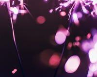 Бенгальский огонь Бенгалии сирени освещает на черной предпосылке в честь торжеств Нового Года и дня рождения рождества Стоковое Изображение RF