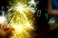 Бенгальский огонь в руках на партии готовой для того чтобы отпраздновать Стоковые Фото