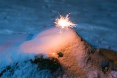 Бенгальский огонь в снеге в вечере Стоковая Фотография RF