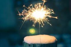 Бенгальский огонь в снеге в вечере Стоковые Изображения RF