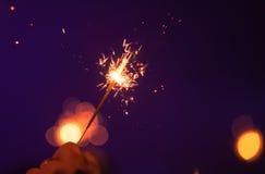 Бенгальский огонь горит в мужской руке Стоковое Изображение RF