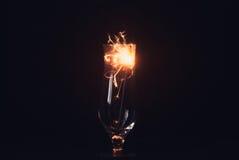 Бенгальский огонь на черной предпосылке, искры летает в различные направления, элегантное стекло, Стоковые Изображения