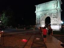 Беневенто - посадка трутня на Arco Traiano стоковые фотографии rf