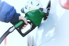 Бензин автомобиля дозаправляя стоковое изображение
