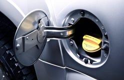 Бензобак автомобиля - заправляющ топливом Стоковая Фотография