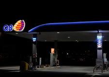 Бензозаправочная колонка Q8 на ноче Стоковое Изображение RF