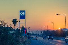 Бензозаправочная колонка и бензоколонка на заходе солнца с движением спешат Стоковое фото RF