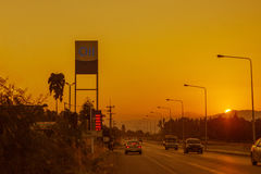 Бензозаправочная колонка и бензоколонка на заходе солнца с движением спешат Стоковое Фото