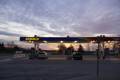 бензозаправочная колонка топлива автомобиля заполняя Стоковое Фото