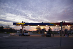 бензозаправочная колонка топлива автомобиля заполняя Стоковая Фотография