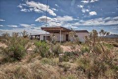 Бензоколонка подробный отчёт теперь город-привидение в пустыне AZ стоковое фото