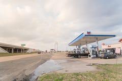 Бензоколонка Шеврона и ночной магазин в всепокорном, Техас, США Стоковое Изображение