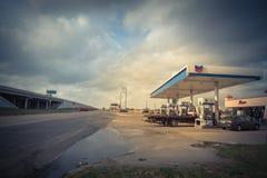 Бензоколонка Шеврона и ночной магазин в всепокорном, Техас, США Стоковое Фото