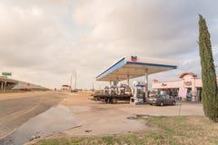 Бензоколонка Шеврона и ночной магазин в всепокорном, Техас, США Стоковые Изображения