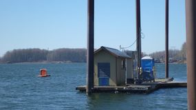 Бензоколонка шлюпки дозаправляя плавая на док воды стоковые изображения rf