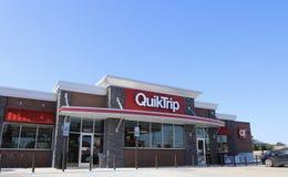 Бензоколонка и ночной магазин QuikTrip Стоковые Фото
