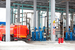 Бензоколонка на завалке танка фабрики нефтеперерабатывающего предприятия Стоковые Фото