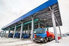 Бензоколонка на фабрике нефтеперерабатывающего предприятия Стоковое Изображение