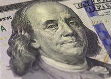 Бенджамин Франклин смотрит на на долларах макроса счета США 100 или 100, крупного плана денег Соединенных Штатов Стоковая Фотография