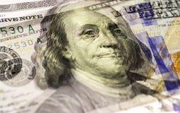 Бенджамин Франклин смотрит на на долларах макроса счета США 100 или 100, крупного плана денег Соединенных Штатов Стоковое фото RF