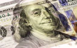 Бенджамин Франклин смотрит на на долларах макроса счета США 100 или 100, крупного плана денег Соединенных Штатов Стоковое Изображение RF