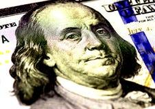 Бенджамин Франклин смотрит на на долларах макроса счета США 100 или 100, крупного плана денег Соединенных Штатов Стоковое Изображение