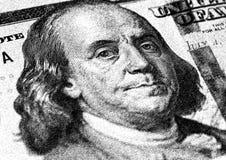 Бенджамин Франклин смотрит на на долларах макроса счета США 100 или 100, крупного плана денег Соединенных Штатов Стоковая Фотография RF