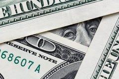 Бенджамин Франклин смотря от 100 банкнот доллара стоковые изображения