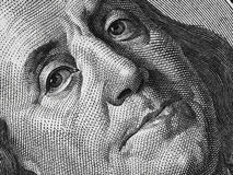 Бен Франклин смотрит на на нас макрос 100 долларовых банкнот весьма, объединенный st Стоковые Фото
