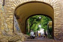 Бергамо, Италия 18-ое августа 2018: Мопед припаркован на улице старой город здания выравнивая высокий подъем moscow стоковые фото
