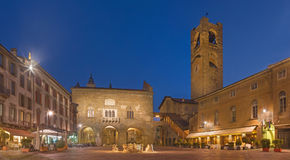 Бергамо - квадрат Vecchia аркады на сумраке Стоковая Фотография RF