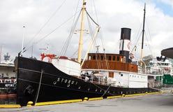 БЕРГЕН, НОРВЕГИЯ - 15-ОЕ МАЯ 2012: Корабль Stord i ретро на пристани в порте Бергена стоковые фото