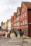 БЕРГЕН, НОРВЕГИЯ - ОКОЛО 2016: Старый городок Бергена который имеет много традиционных домов, эти здания посещен тысячами  Стоковая Фотография