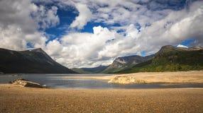 Берега озера Gjevilvatnet, горы Trollheimen, Норвегия стоковые фото