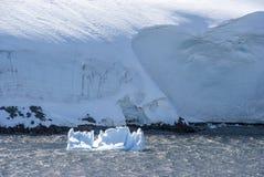 Береговая линия Антарктики с образованиями льда стоковые фотографии rf