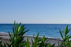 Береговая линия моря не в фокусе Стоковая Фотография