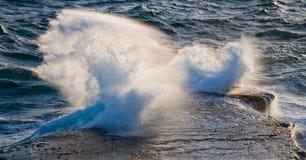 Береговая линия на полуострове Valdes против разбивая волн утесов ареальных Стоковые Фотографии RF