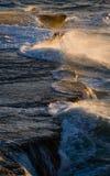 Береговая линия на полуострове Valdes против разбивая волн утесов ареальных Стоковое Изображение RF