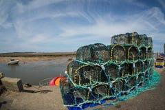 Береговая линия Норфолка, удящ корзины и голубые небеса Стоковое Изображение