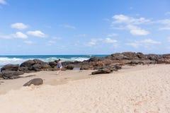 Береговая линия океана пляжа девушки идя Стоковые Фотографии RF