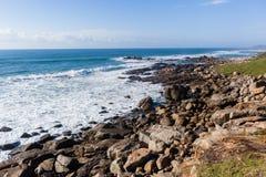 Береговая линия океанских волн скалистая Стоковое Изображение